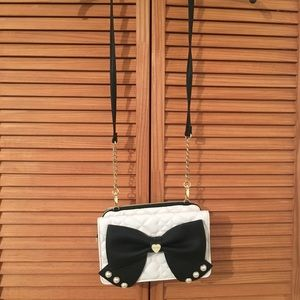 white  and black bow bag